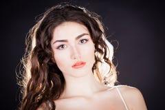 Alyona, ernstig gezicht met bruine ogen, zwarte achtergrond Stock Foto