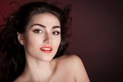 Alyona, het glimlachen gezicht met bruine ogen, rode achtergrond! Stock Afbeelding