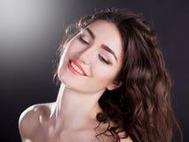 Alyona, het glimlachen gezicht met bruine ogen, zwarte achtergrond Royalty-vrije Stock Afbeeldingen
