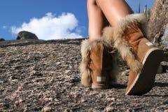 Alza de la montaña con las botas Foto de archivo