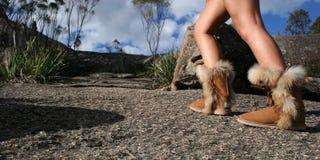 Alza de la montaña con las botas Fotografía de archivo