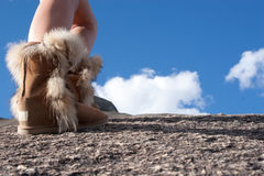 Alza de la montaña con las botas Fotos de archivo