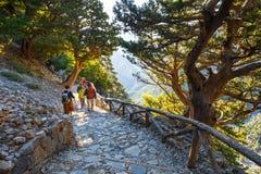 Alza de los turistas en Samaria Gorge en Creta central Imagenes de archivo
