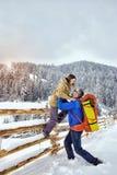 Alza del invierno en el individuo de las montañas con una muchacha Fotografía de archivo libre de regalías