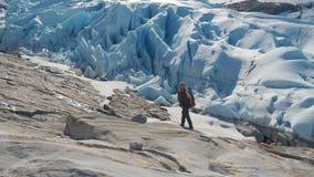 alza en las monta?as de Noruega, glaciar de Svartisen metrajes