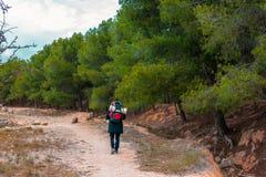 Alza y aventura en la montaña fotos de archivo