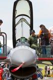 Alzandosi vicino con la visualizzazione statica F-16 Fotografia Stock Libera da Diritti