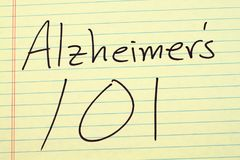 Alzheimer-` s 101 auf einem gelben Kanzleibogenblock Lizenzfreie Stockbilder