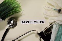Alzheimer z inspiracją, opieką zdrowotną i medycznym pojęciem na biurka tle/ zdjęcia stock