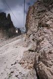 Alzi alla parte superiore della montagna Immagine Stock