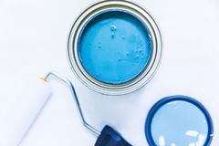 Amélioration de l'habitat bleue de peinture et de rouleau photographie stock