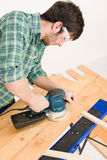 Amélioration de l'habitat - bricoleur sablant l'étage en bois Photo libre de droits