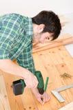 Amélioration de l'habitat - homme installant l'étage en bois photos libres de droits
