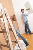 Amélioration de l'habitat : Jeune mur de peinture de couples photos libres de droits