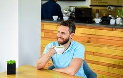 Améliorez la santé globale Moment de prise au soin au sujet de vous-même Les buveurs de café vivent plus longtemps Boissons barbu images stock