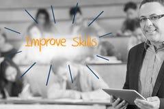 Améliorez les qualifications contre le conférencier se tenant devant sa classe dans la salle de conférences images libres de droits