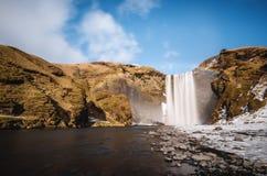 Aménagé en parc, cascade de Skogafoss avec l'arc-en-ciel dans le beau jour chez l'Islande Photographie stock libre de droits