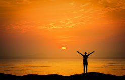 Aménage l'image en parc du coucher du soleil dramatique au-dessus de la mer Image stock