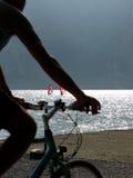 Aménage la série en parc - cycle sur le lac de garda images stock