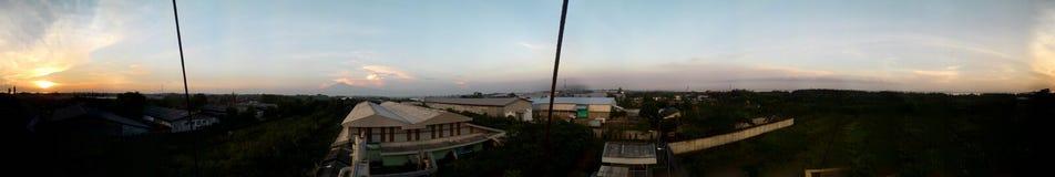 Aménage le coucher du soleil en parc au-dessus du secteur d'usine images libres de droits