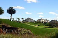 Aménagement à la ressource de golf avec des manoirs sur la côte Photo stock