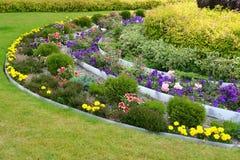Aménagement avec des fleurs et des buissons Photo libre de droits