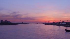 Aménagez en parc au coucher du soleil avec des vues de la rivière banque de vidéos