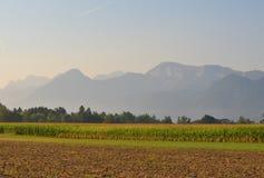 Aménagez en parc autour du village de Rosegg en Autriche dans la terre de photos stock