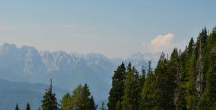 Aménagez en parc autour du village de Rosegg en Autriche dans la terre de image stock