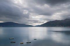 Aménagez en parc avec de petits bateaux sur l'eau calme Image stock