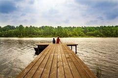 Aménagez en parc avec des enfants sur le nuage d'été de rivière par jour, Russie, les Monts Oural photos stock