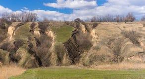 Aménagez en parc avec l'érosion du sol au printemps tôt en Ukraine image libre de droits