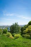 Aménagez en parc avec l'herbe verte, ciel bleu, église, ville Image libre de droits