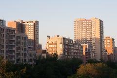 Aménagez en parc avec l'image des skycrapers dans Pékin Image stock