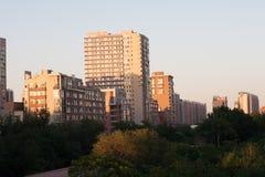 Aménagez en parc avec l'image des skycrapers dans Pékin Image libre de droits