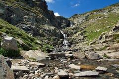 Aménagez en parc avec la cascade près des sept lacs Rila, Bulgarie Photographie stock