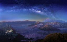 Aménagez en parc avec la galaxie de manière laiteuse au-dessus du volcan Gunung de Bromo de bâti images libres de droits