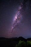 Aménagez en parc avec la galaxie de manière laiteuse au-dessus du volcan Gunung de Bromo de bâti photos stock