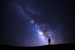 Aménagez en parc avec la galaxie de manière laiteuse, ciel nocturne étoilé avec des étoiles et photographie stock