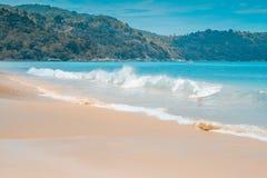 Aménagez en parc avec la mer, le sable et la terre bleus lumineux Photographie stock libre de droits