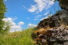 Aménagez en parc avec la pierre moussue et le ciel bleu comme fond Image stock