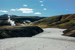 Aménagez en parc avec la rivière de mousse et de neige en Islande Tourisme de montagne Images libres de droits