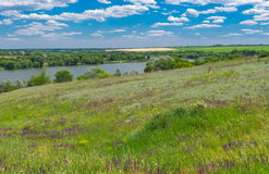 Aménagez en parc avec la rivière de Suha Sura dans le village de Vasylivka près de la ville de Dniepr, Ukraine centrale photo stock