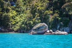 Aménagez en parc avec la roche ou le Tokangawha d'Apple de fente à la plage de Kaiteriteri, Nouvelle-Zélande Image stock