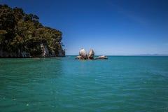 Aménagez en parc avec la roche Tokangawha, plage d'Apple de fente de Kaiteriteri Photo stock