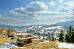 Aménagez en parc avec la table et la vue du village en montagne photos stock