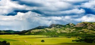 Aménagez en parc avec le beau ciel nuageux dans Dobrogea, Roumanie Photographie stock libre de droits