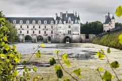 Aménagez en parc avec le château de Chenonceau dans l'eau avec du beaucoup de l'Al vert image libre de droits