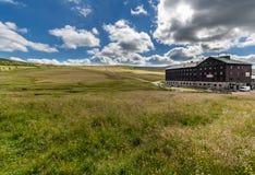 Aménagez en parc avec le champ d'herbe et les nuages gentils dans Krkonose dans la République Tchèque Photos stock