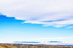 Aménagez en parc avec le ciel bleu et les montagnes dans la distance Photo stock